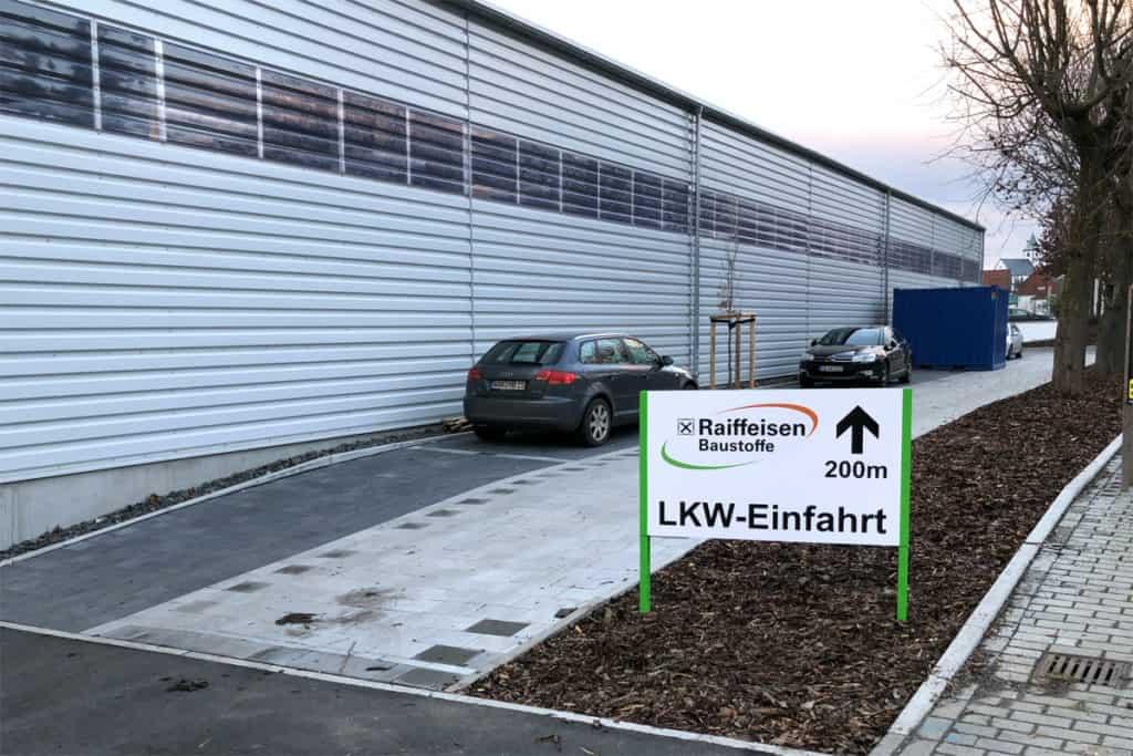 Fassadenwerbung Raiffeisen Baustoffe Hühnfeld, Beschilderung Einfahrt