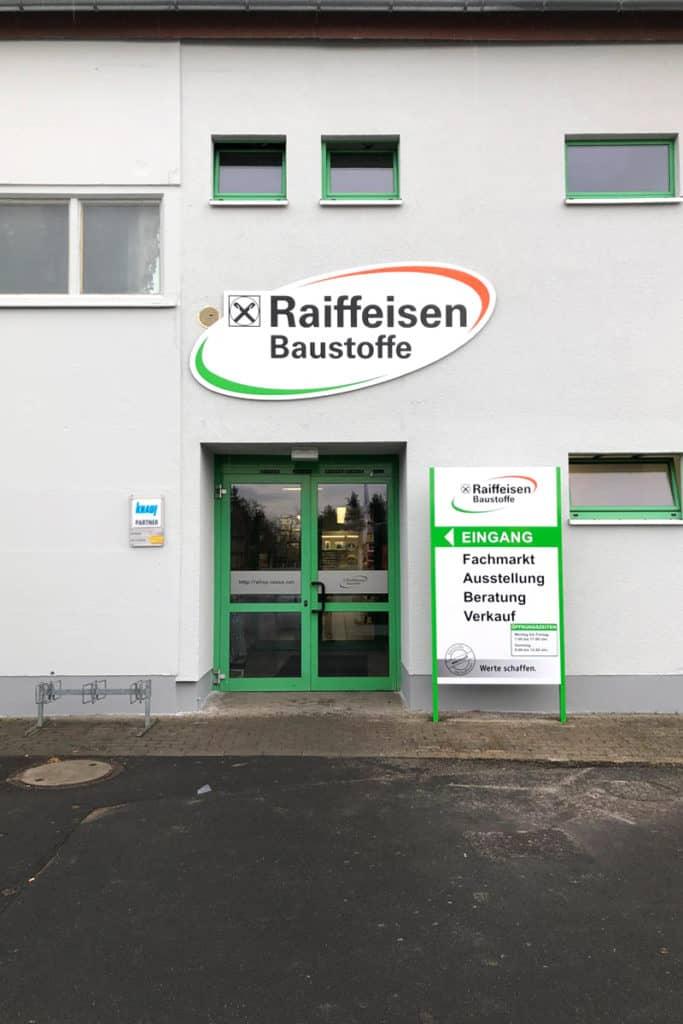 Fassadenwerbung Raiffeisen Mühlhausen mit Pylon und Logo