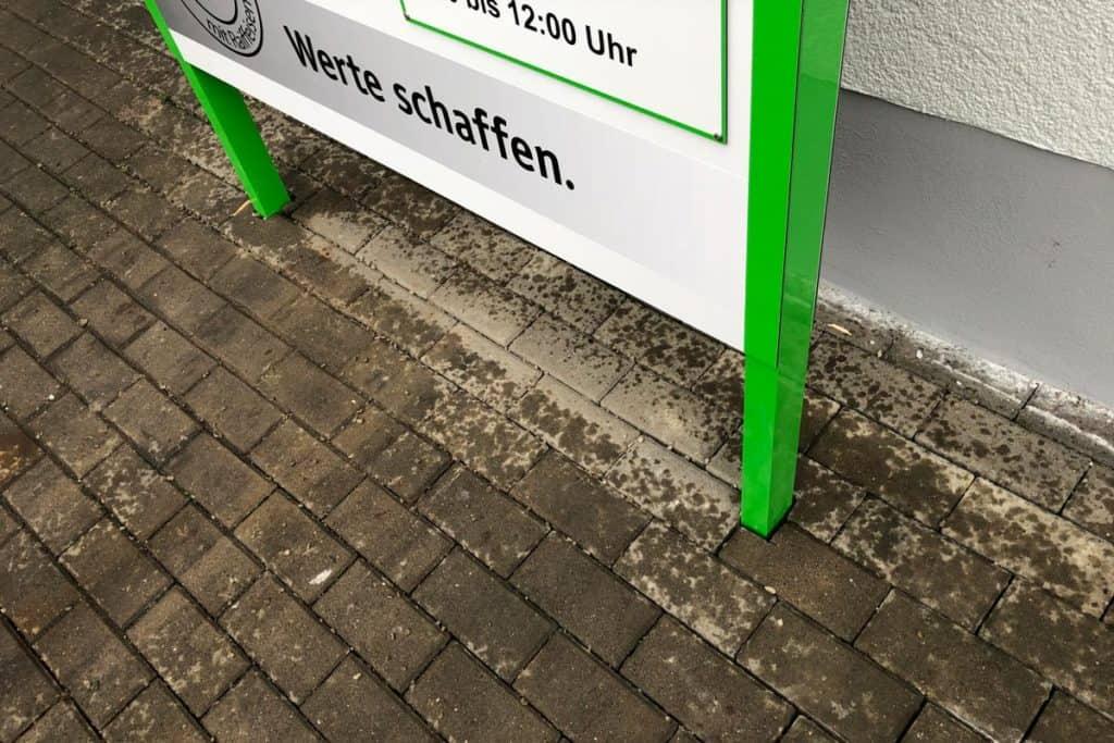 Pylon Raiffeisen Mühlhausen mit Pflasterarbeiten