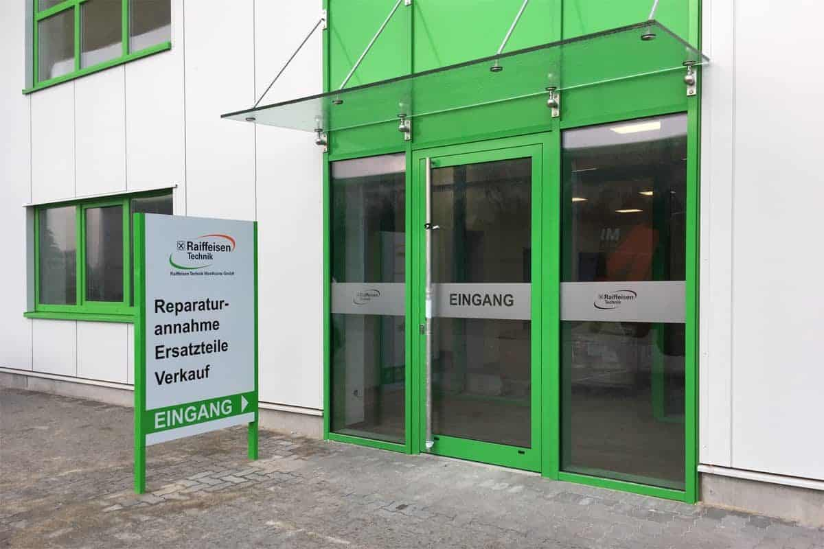 Außenwerbung Raffeisen Baustoffe Rickelshof, Glasdekor, Informationsbeschilderung