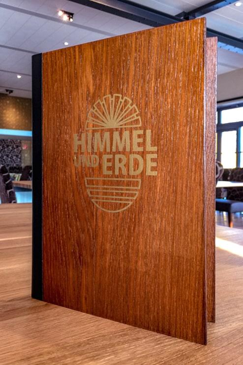 Speisenkarte mit exklusiven Holzdeckeln und Lederrücken, erhabenes Logo aus Gold