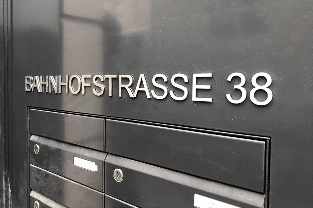 Straße und Hausnummer aus Edelstahl gefräst und mit VHB verklebt