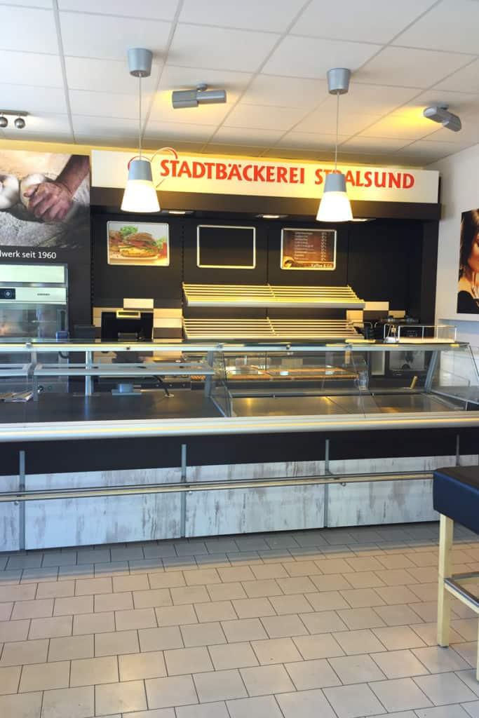 Blick zur Theke der Stadtbäckerei Stralsund Greifswald mit neuen Fräsbuchstaben und Digitaldrucken