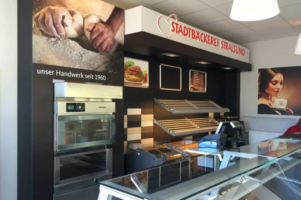 Blick hinter die Theke der Stadtbäckerei Stralsund Greifswald mit neuen Fräsbuchstaben und Digitaldrucken