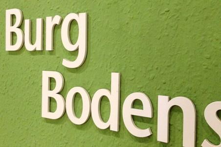 Fräsbuchstaben als Logo an der Wand , mit doppelseitigem Klebeband verklebt
