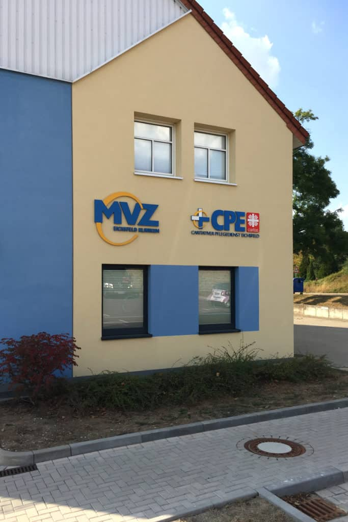 Fräsbuchstaben CPE und MVZ