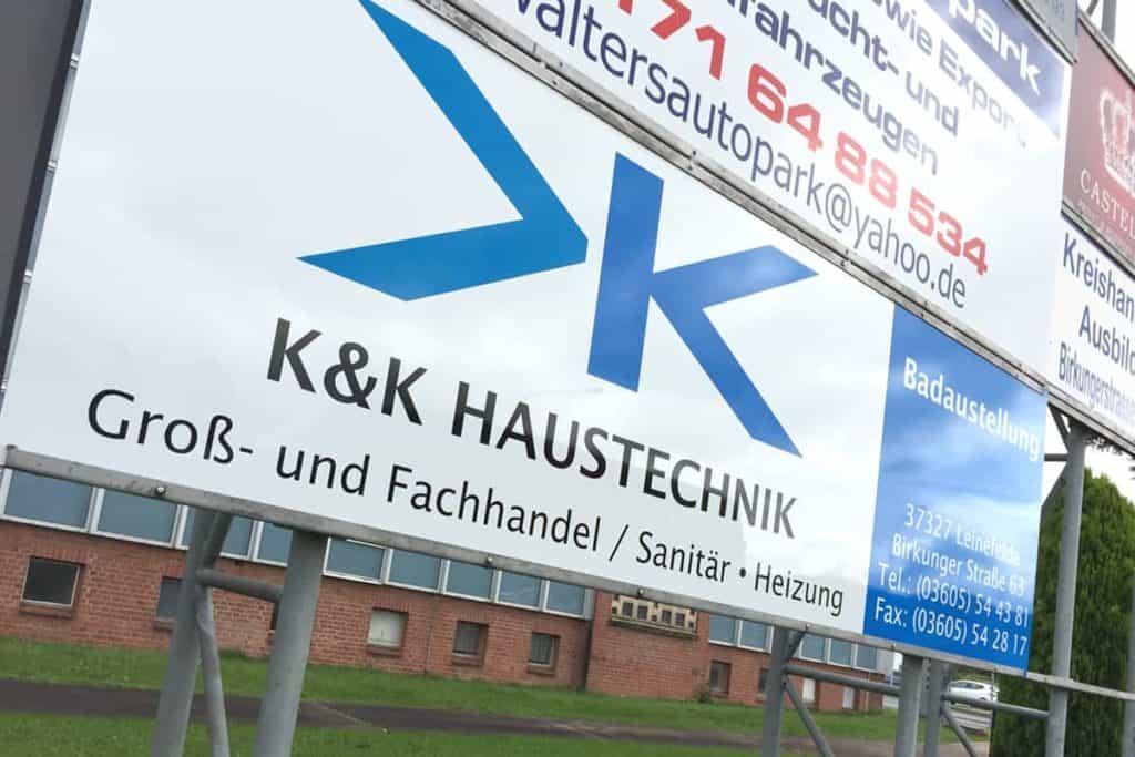Außenwerbung K&K Hinweisschild