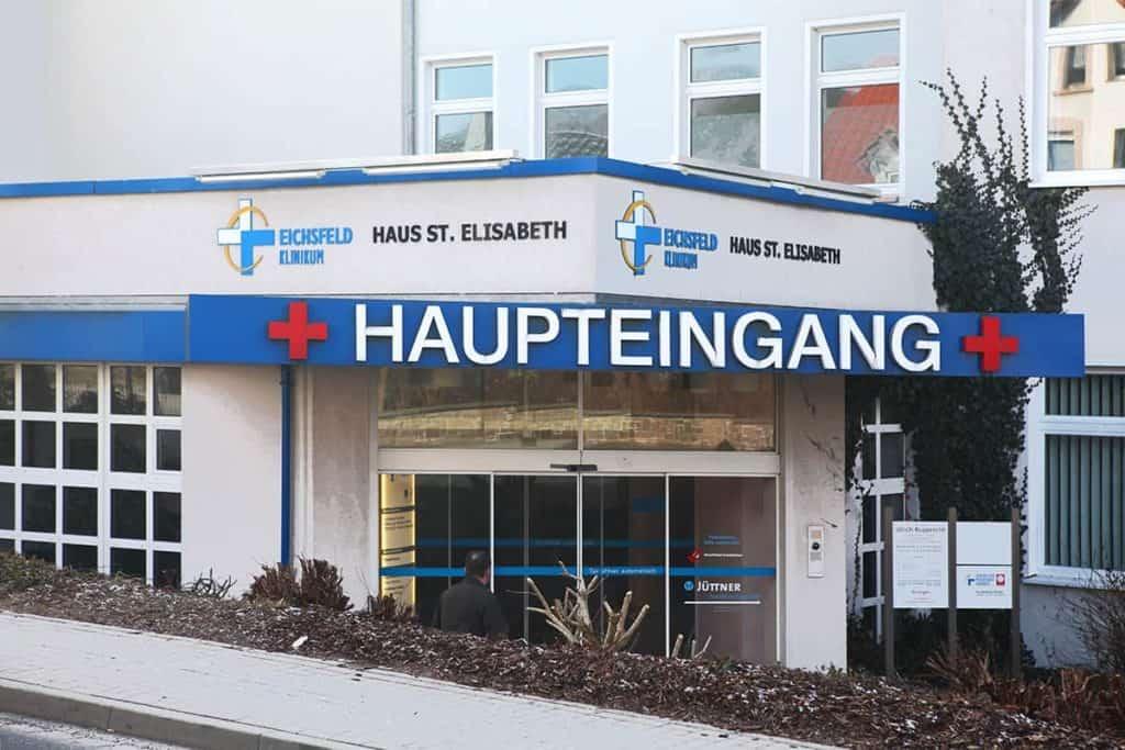 Fräsbuchstaben am Eingang des Eichsfeld Klinikum Worbis