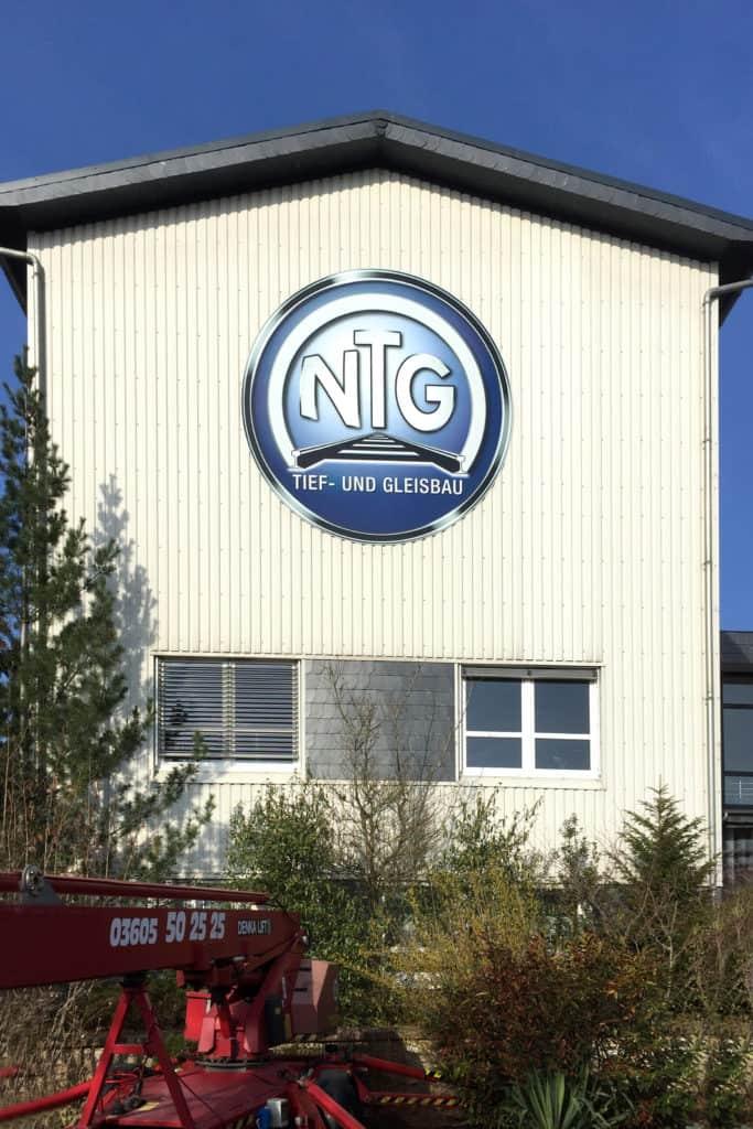 Logo NTG Bau Breitenworbis an Fassade