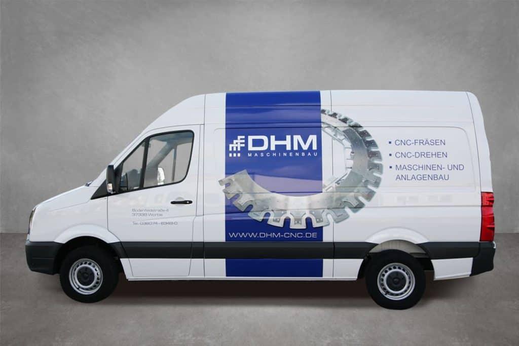 Mit digital bedruckter Wrapping-Folie beklebter Transporter der Firma DHM aus Worbis