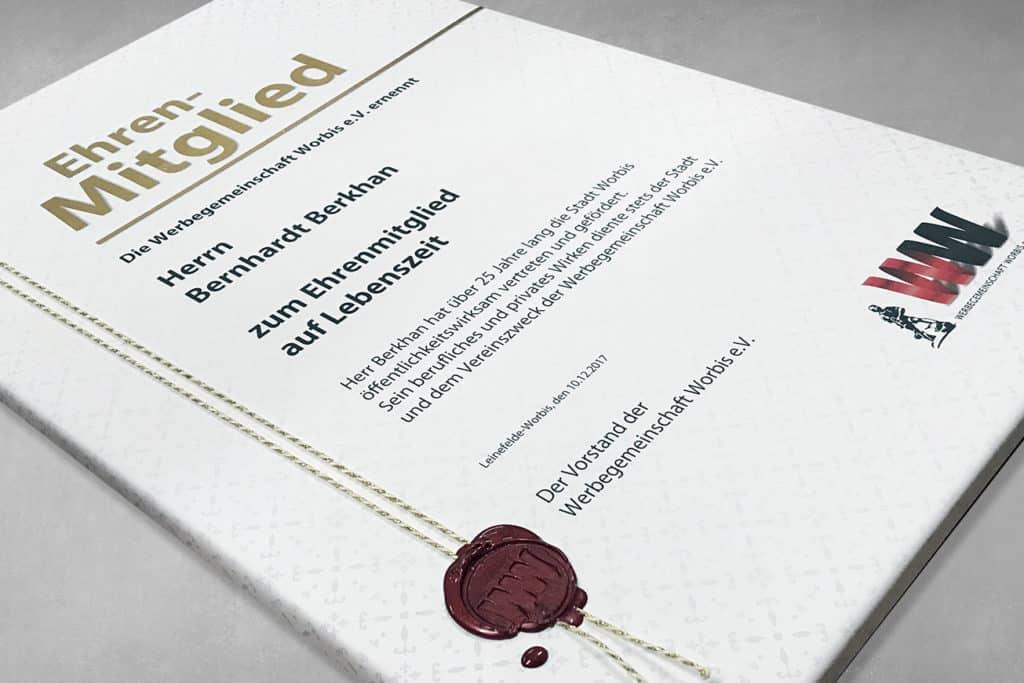 Druck einer Urkunde auf Stoff mit individuellem Faden und Wachssiegel - Detailansicht