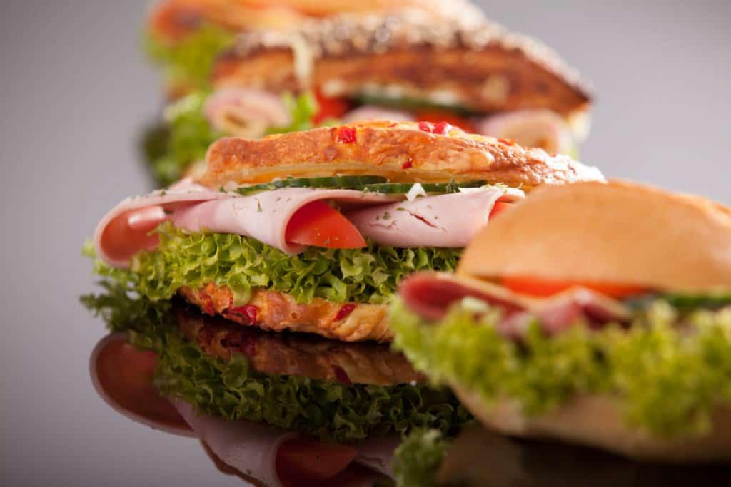 Produktfotografie Fotografie Bäckerei Thume Reich belegte Brötchen mit Schinken, Tomate und Salat.