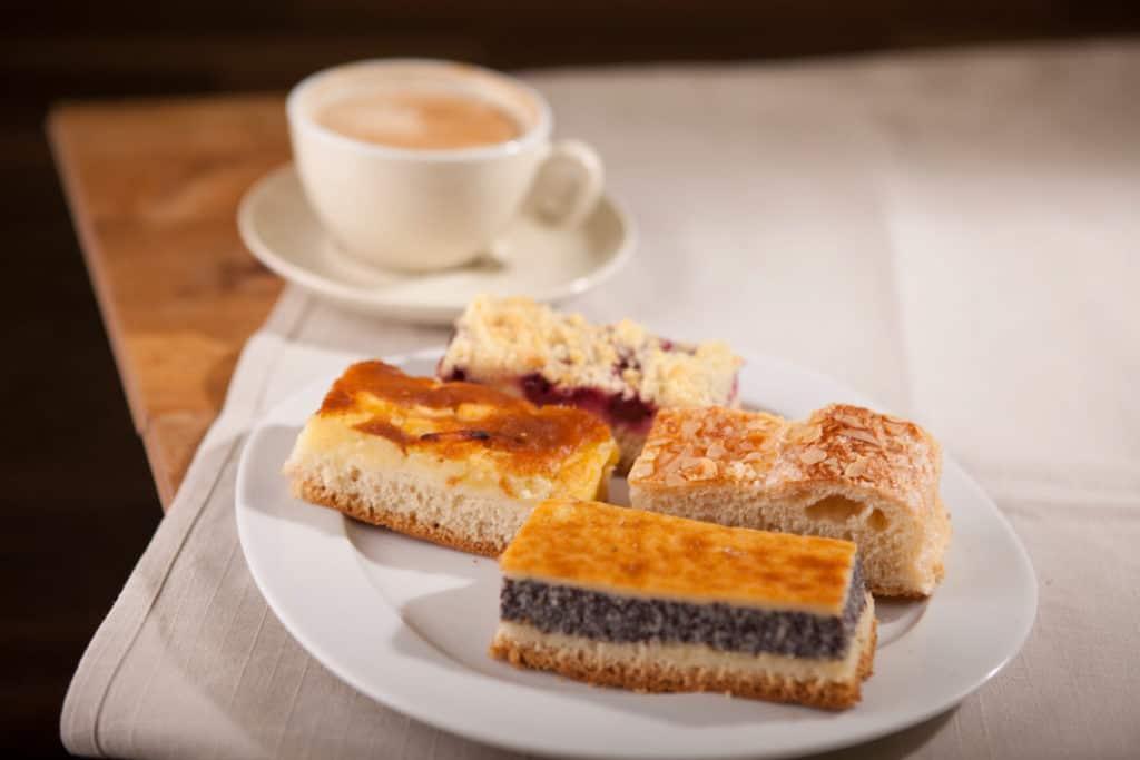 Produktfotografie Fotografie Bäckerei Thume, Teller mit verschiednenen Kuchenstückchen.