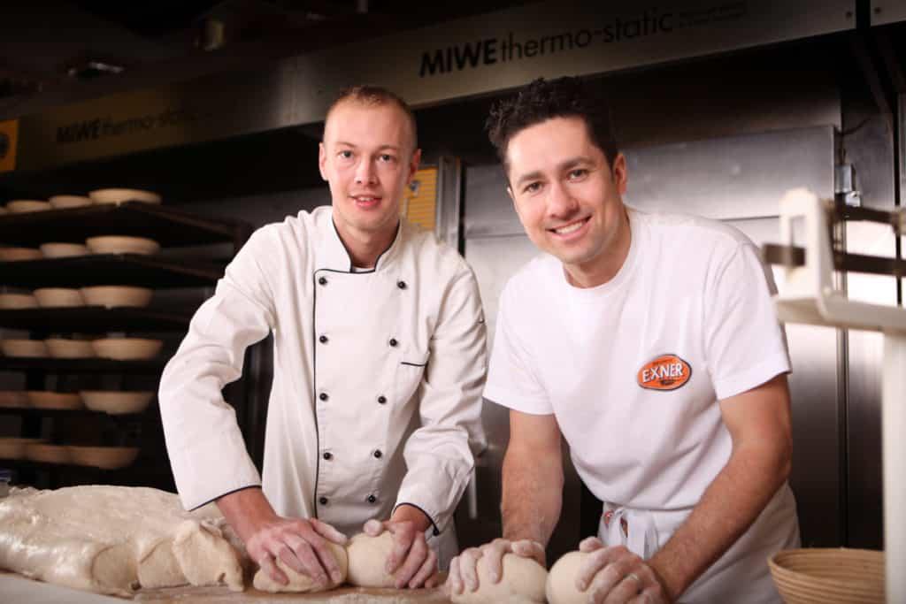 Fotografie Bäckerei Exner, Bäcker kneten Teig