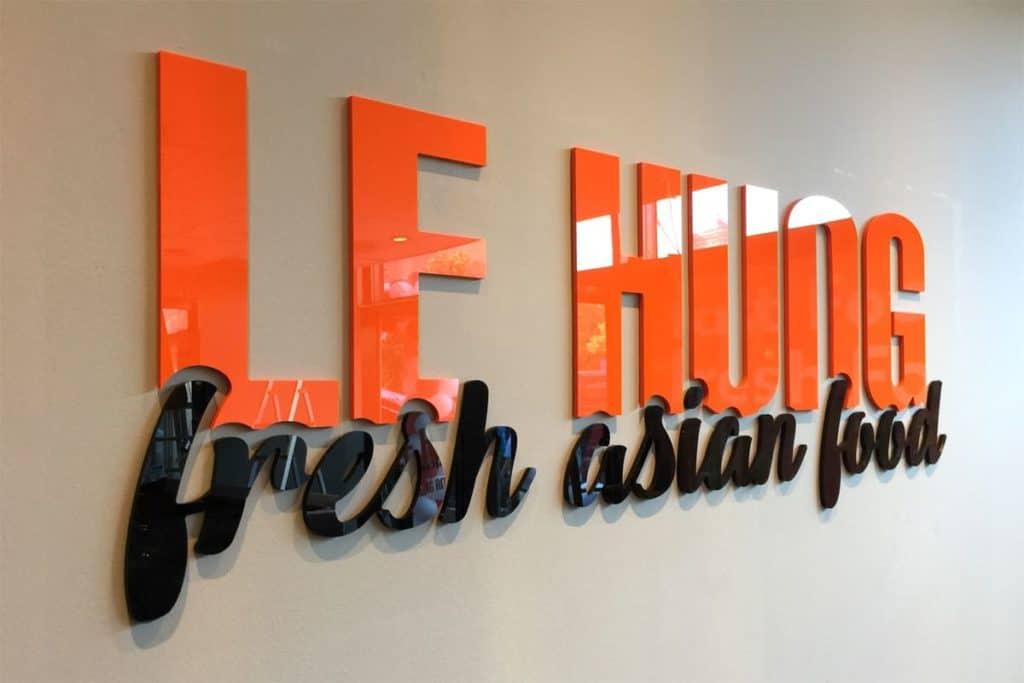 """Fräsbuchstaben an Wand, Fresh Asia Food """"Le Hung"""" aus Berlin am Alex"""