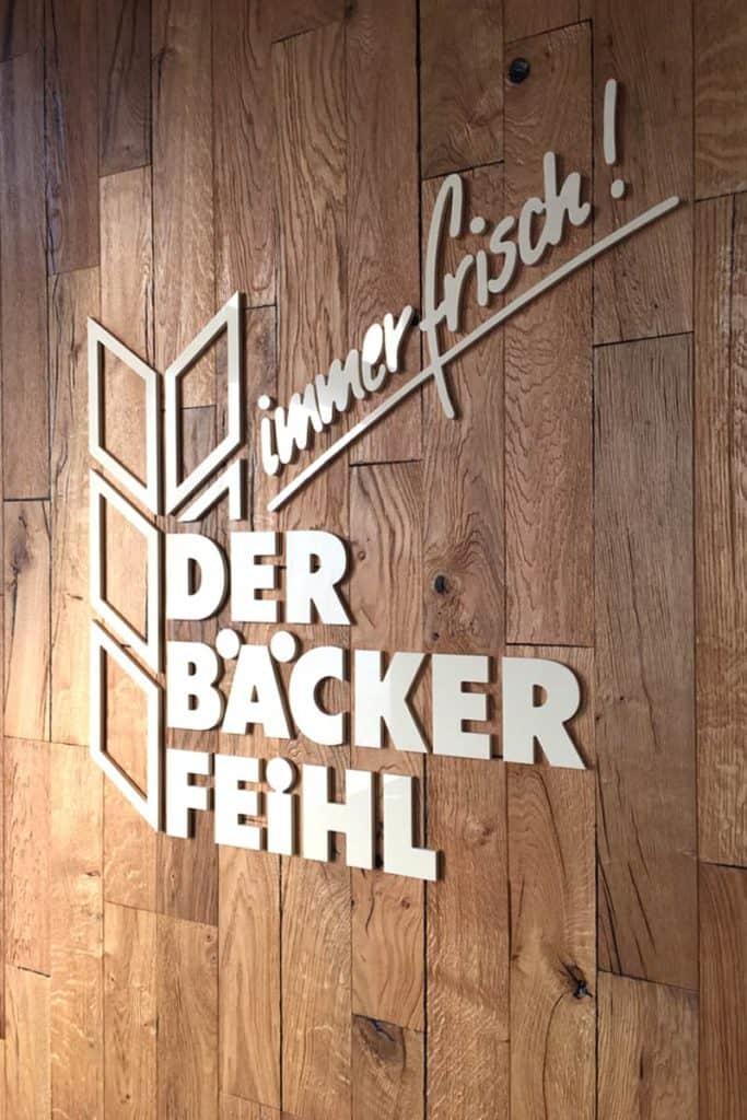 gefräste Buchstaben und Logo für den Bäcker Feihl in Berlin Marzan