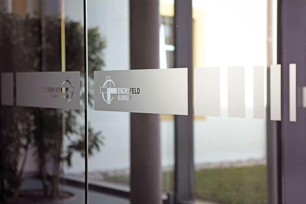 Hinweisschilder und Glasdekor-Folie im Eichsfeld-Klinikum