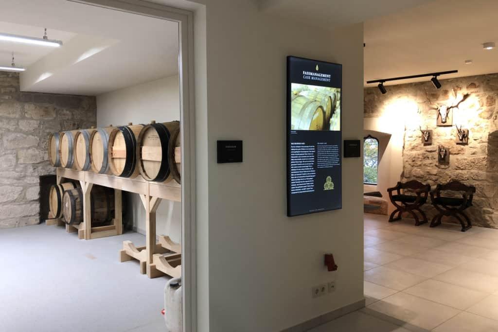 Informationsbeschilderung Whiskywelt Burg Scharfenstein, Wandgestaltung, beleuchtet