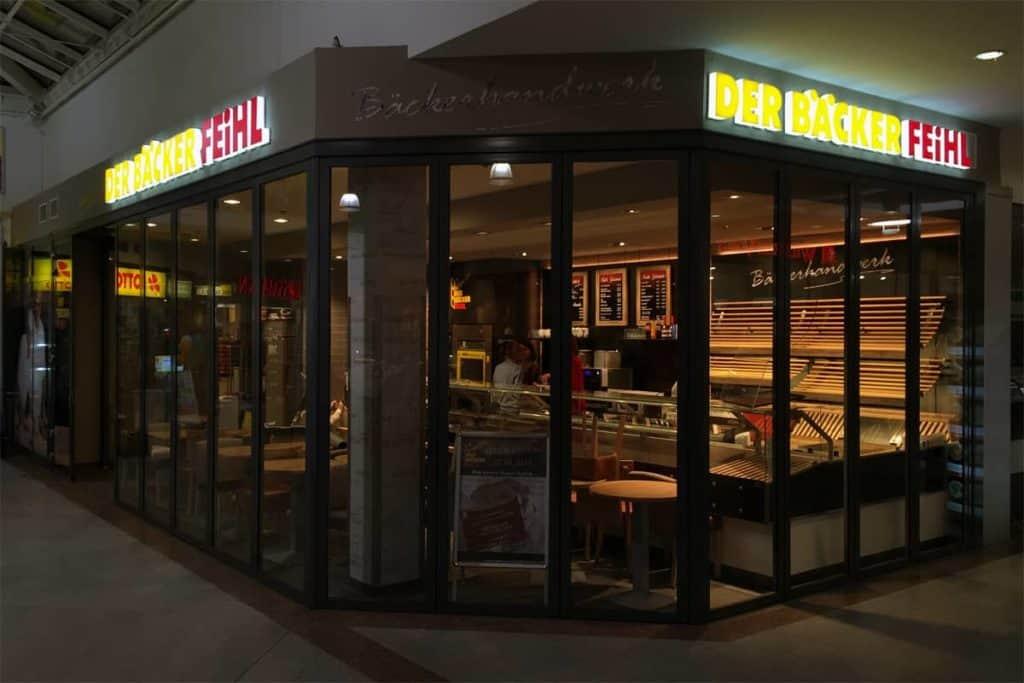 Leuchtbuchstaben als Außenwerbung für den Bäcker Fehl aus Berlin - Außenansicht