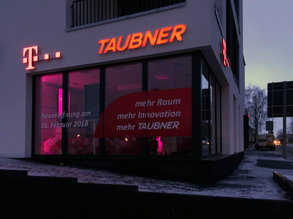 Gefräste Leutbuchstaben an der Hauswand der Firma Taubner in Worbis - Nachtansicht