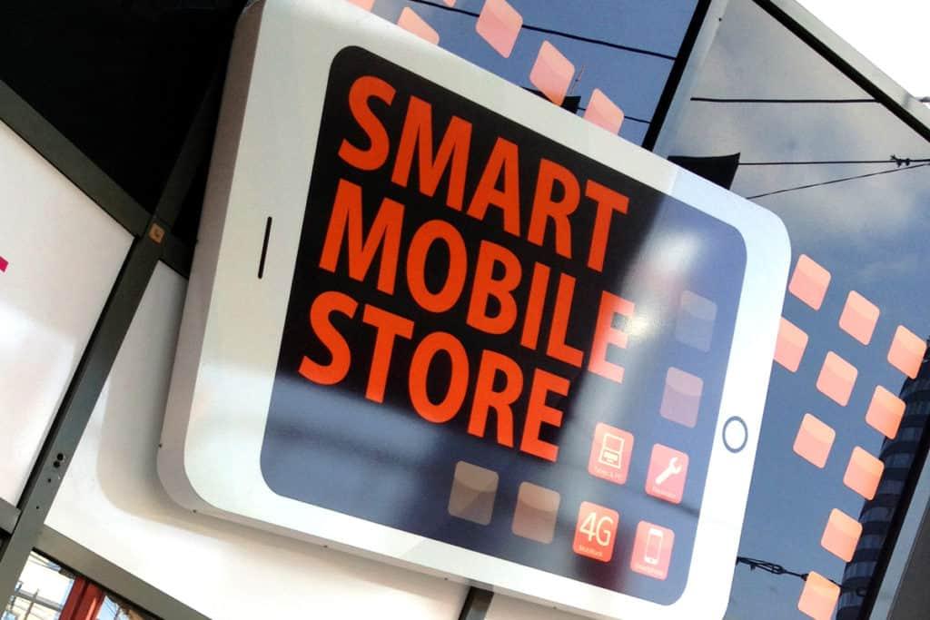 Schaufensterbeschriftung Mobile Store Jena mit Beleuchtung
