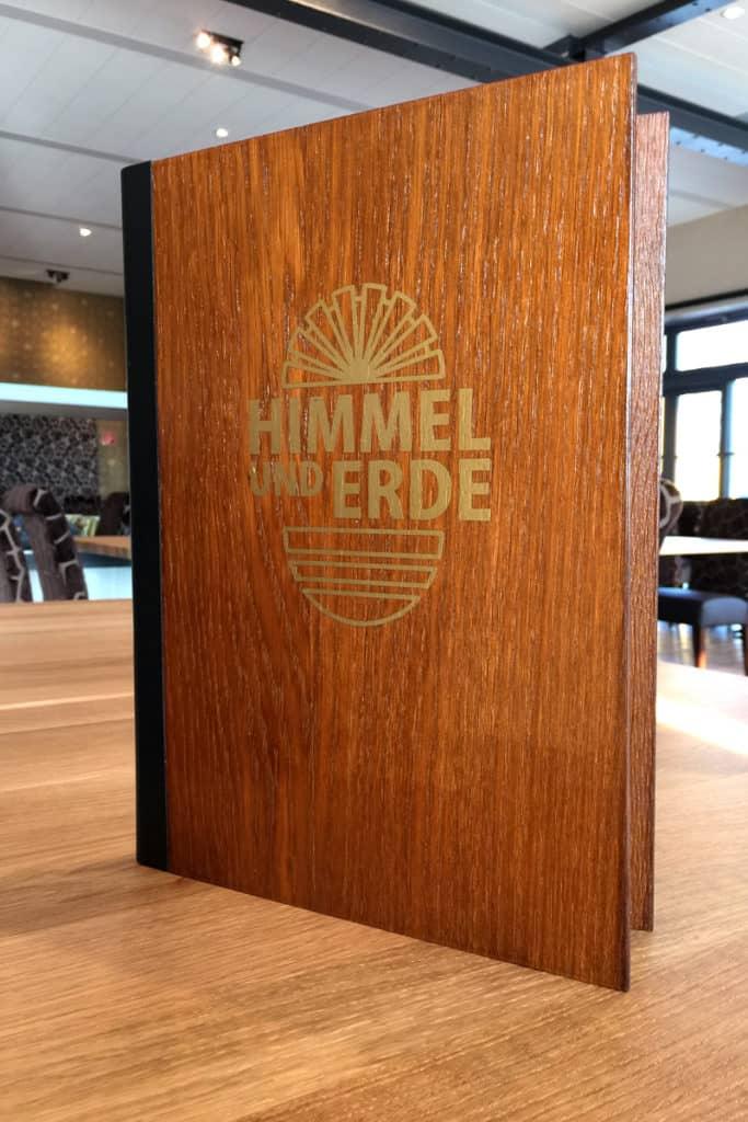 Speisekarte aus Holz, mit Lederrücken und Goldenem Logo