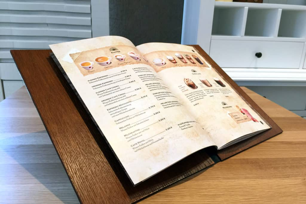 Individuelle Speisekarte aus Holz, mit Lederrücken und Goldenem Logo, Innenansicht