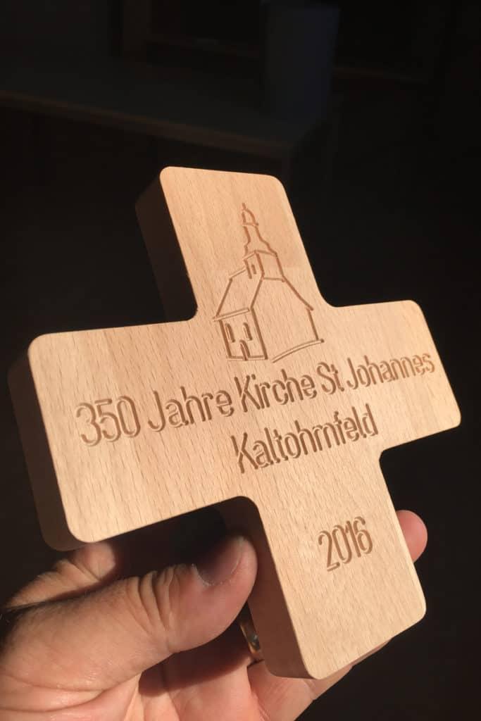 Holzkreuz mit gefräster Schrift im V-Carving