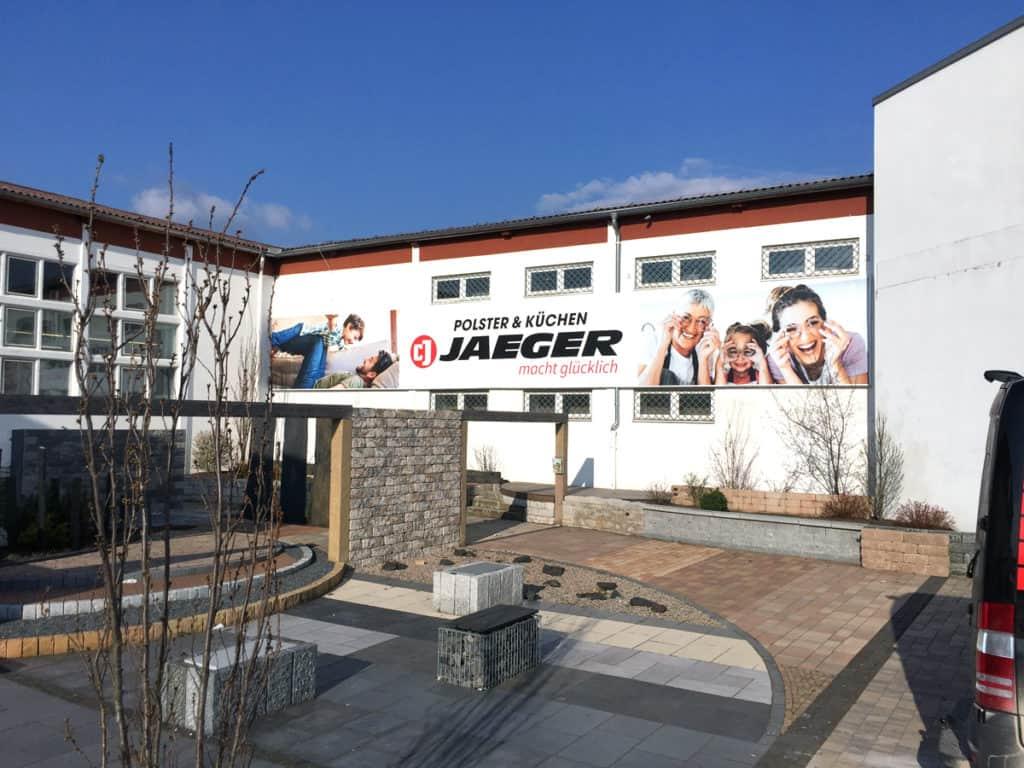 Unbeleuchteter Spannrahmen an Hausswand, mit Textildruck, für Möbelhaus Jäger in Worbis