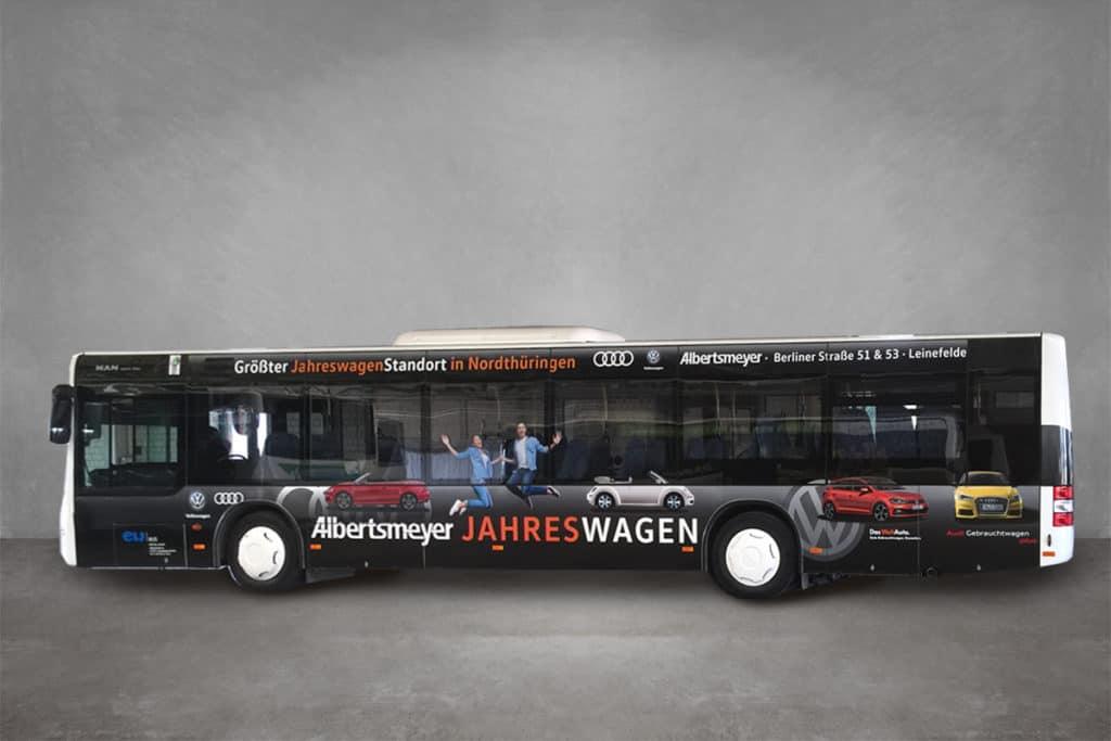 Linienbus mit Werbebeklebung für das Autohaus Albertsmeyer aus Worbis - Seitenansicht