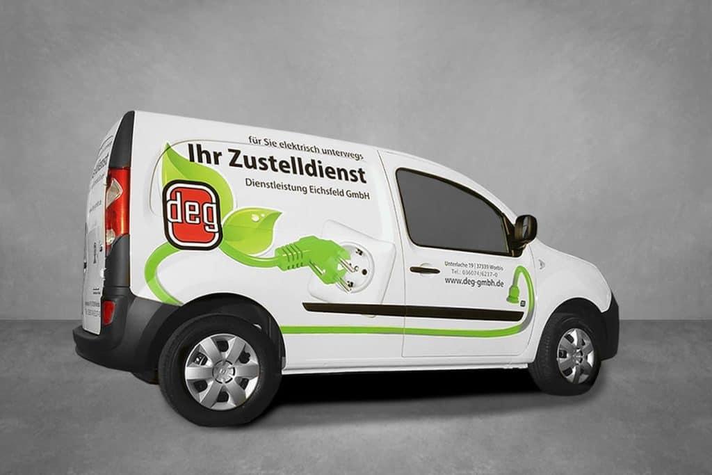 Werbung als Digitaldruck auf einem Elektro-Postzustellfahrzeug der Firma DEG aus Worbis