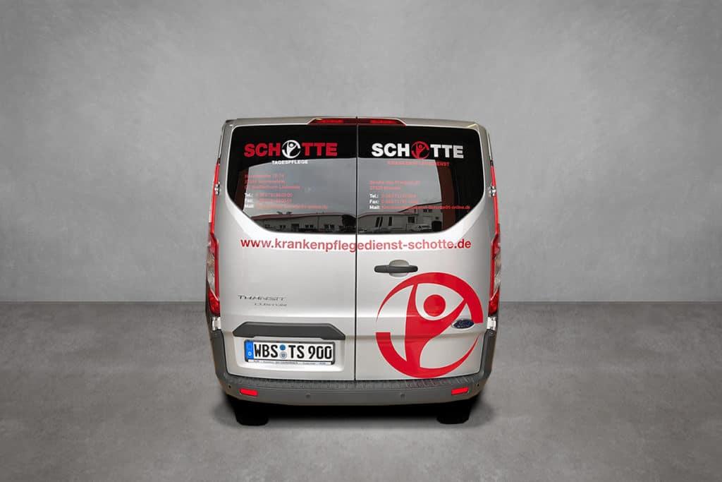 Beklebter Transporter mit Logo und Adresse für die Tagespflege Schotte - Rückansicht