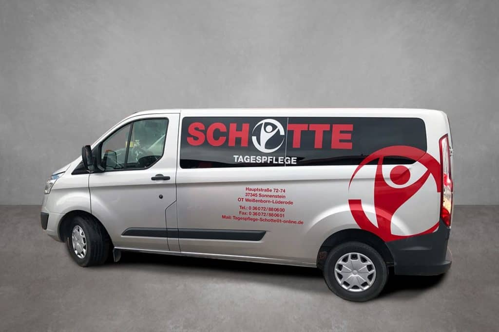Beklebter Transporter mit Logo und Adresse für die Tagespflege Schotte
