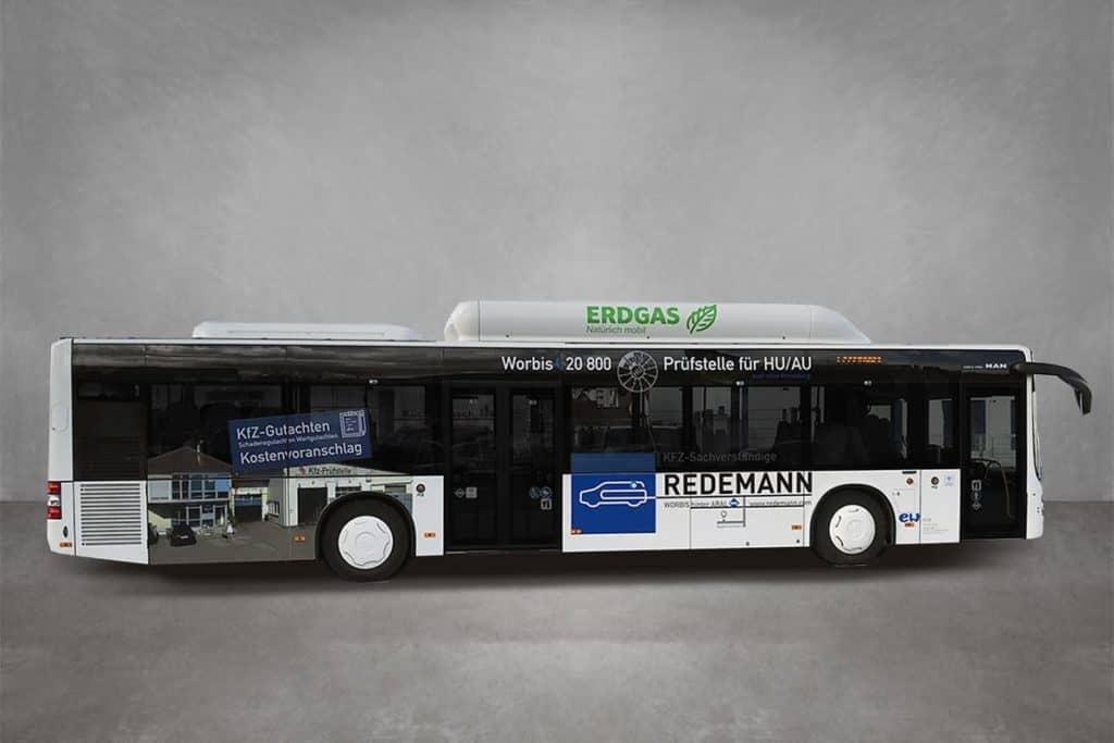Beklebter Bus als mobile Werbefläche der für Redemann, in Lochfolie und Wrappingfolie