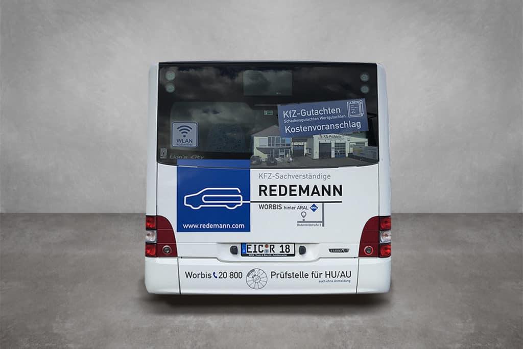 Beklebter Bus als mobile Werbefläche, in Lochfolie und Wrappingfolie als Heckansicht