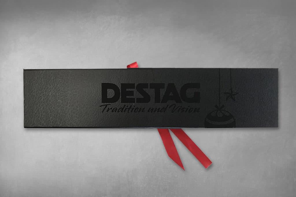 Verpackung eines Weihnachtsgeschenkes für die  DESTAG GmbH