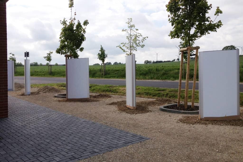 Werbepylon Wallfahrtsstätte Etzelsbach auf Parkplatz