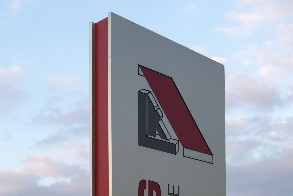 Individueller Werbepylon auf der Wiese der Firma Kaufung Planen und Zelte, in Kirchworbis - Detailansicht